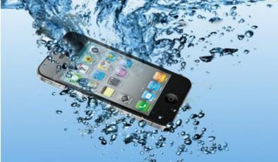 Лайфхак дня: телефон упал в воду. Что делать?