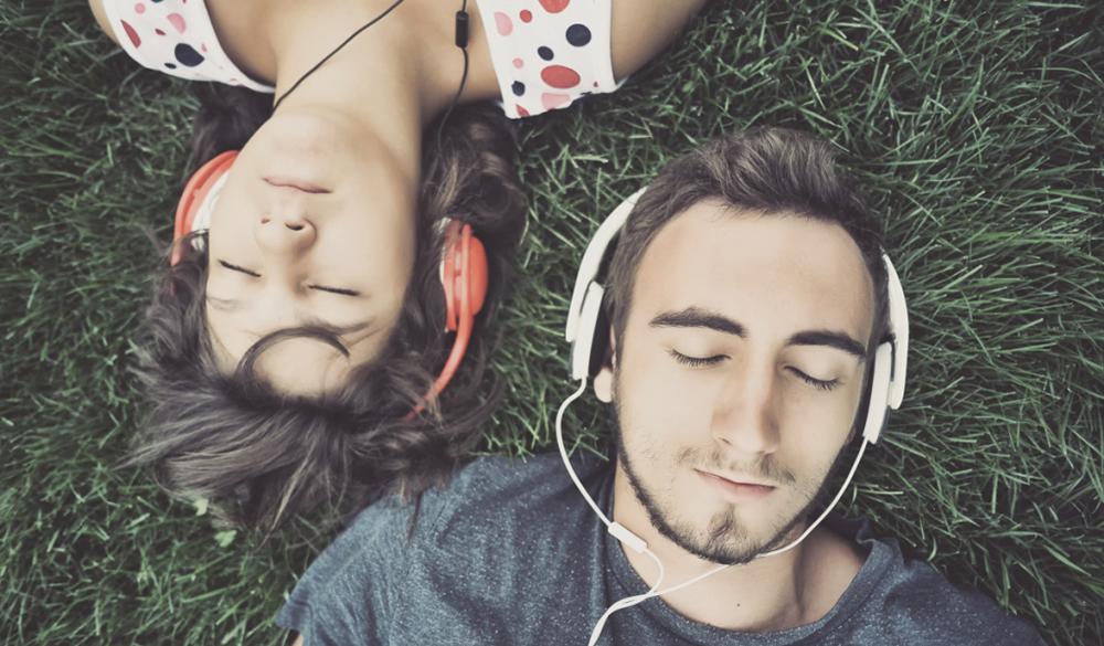 Почему в наушниках музыка звучит лучше, чем из колонок