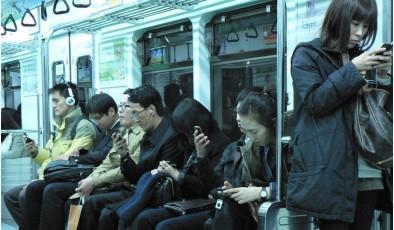 7 признаков того, что человек становится единым целым со смартфоном