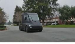 Электрогрузовик Tesla Semi проехался по общественной дороге в Калифорнии (Видео)