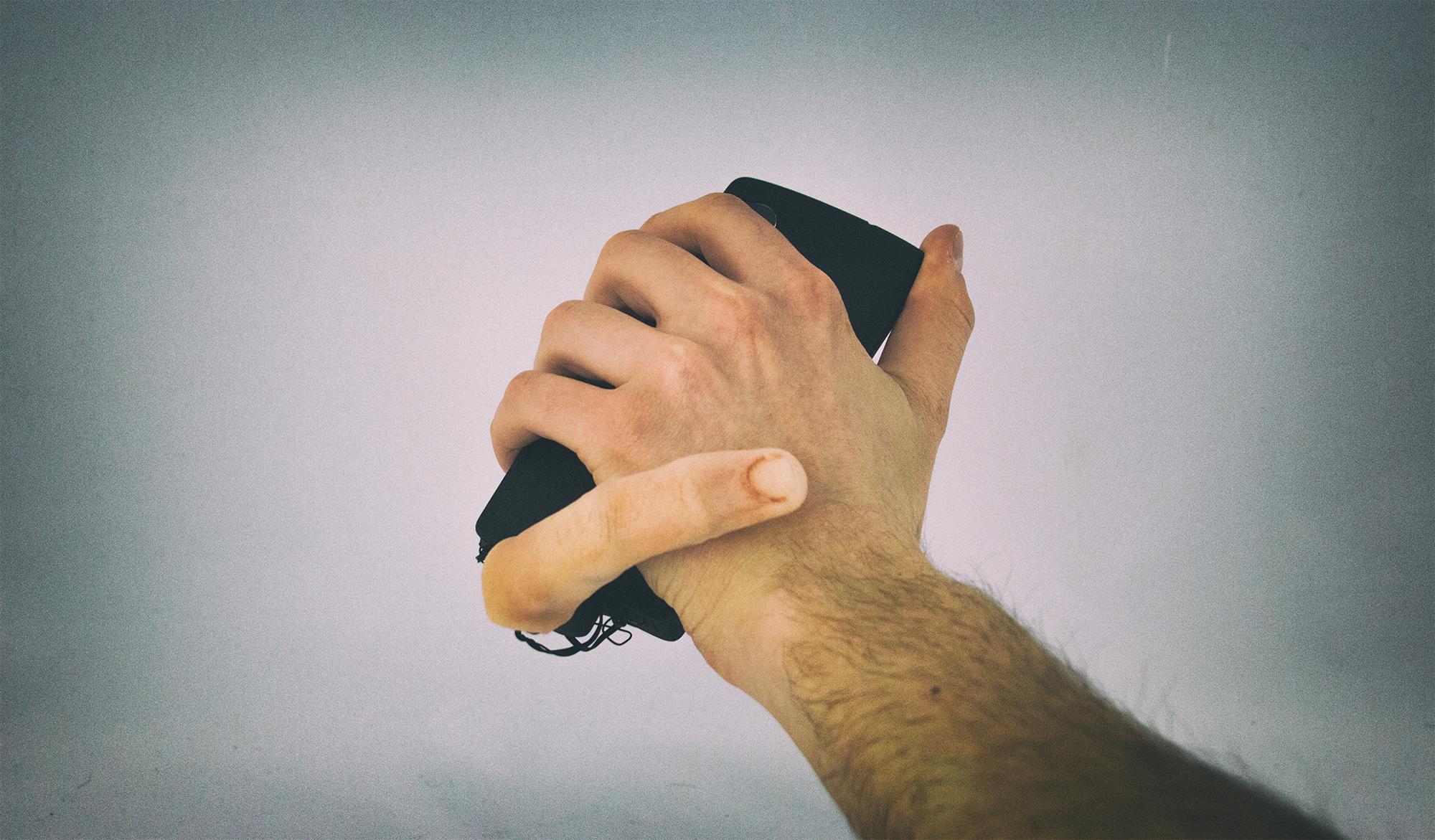 Самый странный и немного пугающий аксессуар для смартфона
