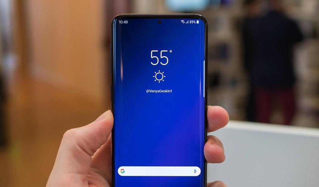 Дисплей с дырой и другие необычные слухи о Samsung Galaxy S10