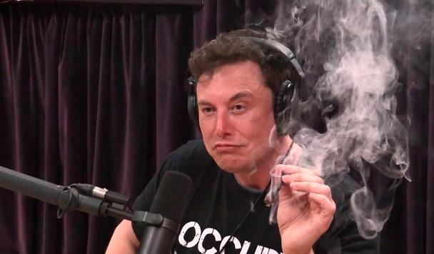 Раскуривание марихуаны Илоном Маском повлекло проверку SpaceX и Boeing со стороны NASA