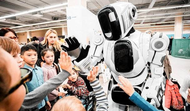 На российском технологическом форуме показали подозрительного робота. Похоже, что в нем спрятался человек
