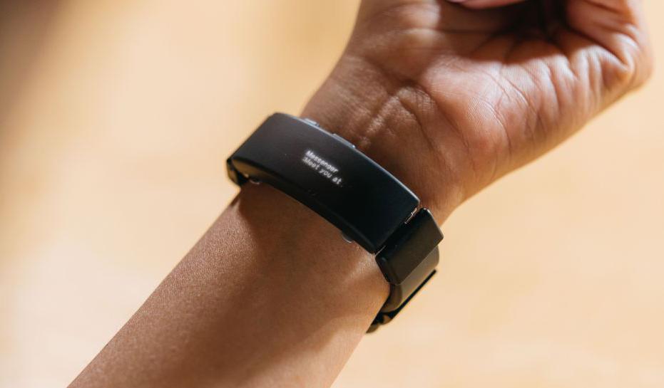 Sony представила гаджет, который превращает любые наручные часы в умные