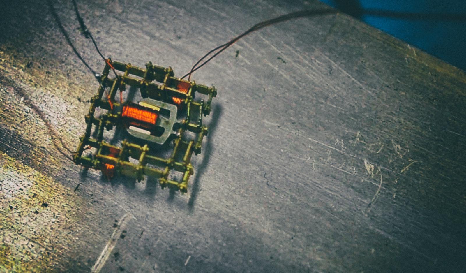 """Новый """"шагающий"""" двигатель позволит роботам создавать других роботов"""