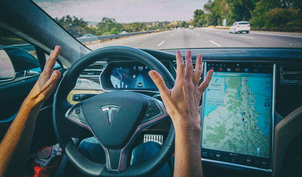 Автопилот Tesla научится экстренно тормозить перед пешеходами и мотоциклистами