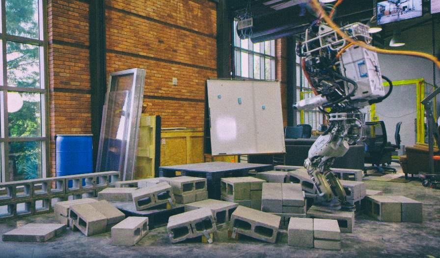 Двуногий робот Atlas научился ходить по грудам кирпичей и протискиваться в щели