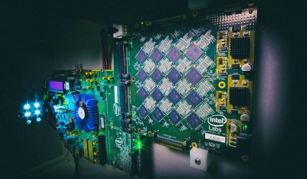 Intel представил платформу для управления беспилотными автомобилями и умными протезами
