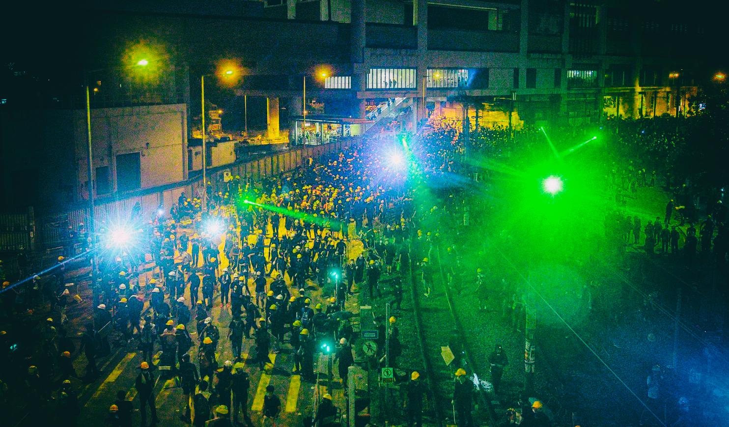 Протестующие Гонконга используют лазеры для защиты от распознавания лиц