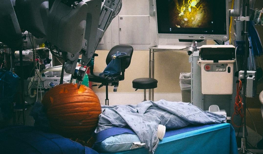 ТехноХэллоуин: Инженеры вырезали фонарь-тыкву при помощи робота-хирурга