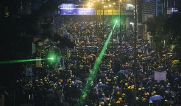 Технология протеста: Чилийские протестующие сбили полицейский дрон лазерными указками