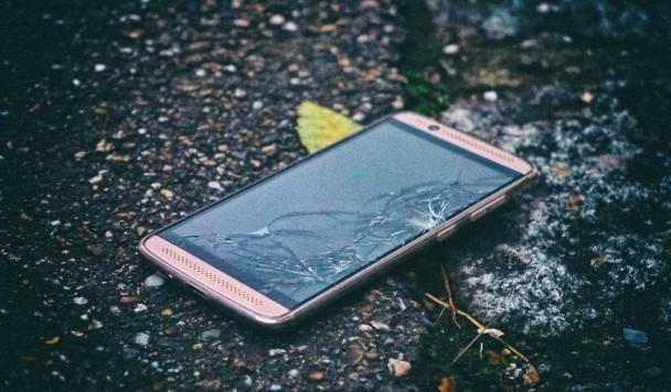 Новое гибкое стекло позволит создавать небьющиеся экраны смартфонов