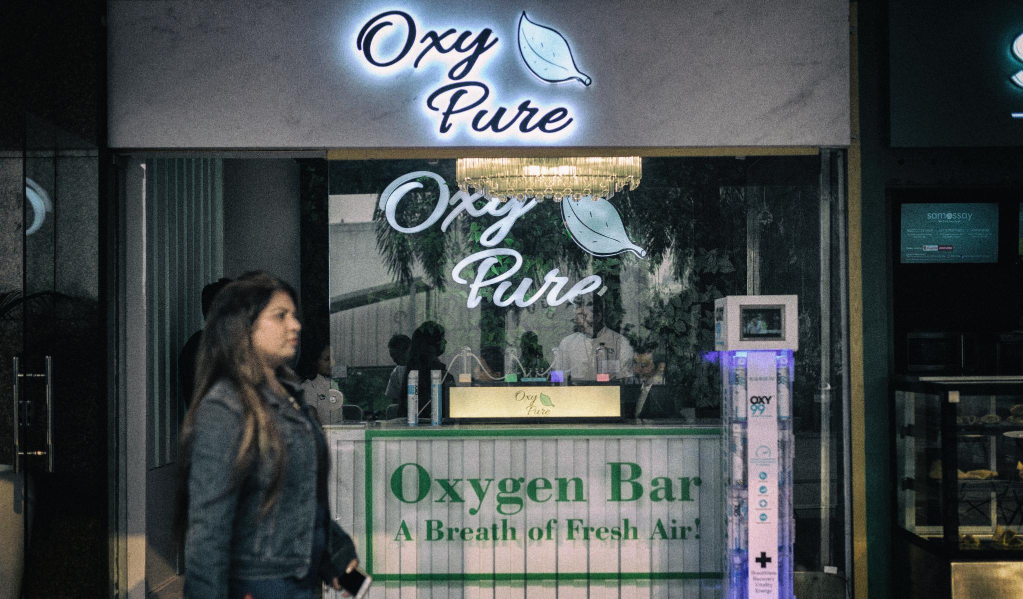 Индийские бары начали торговать чистым воздухом
