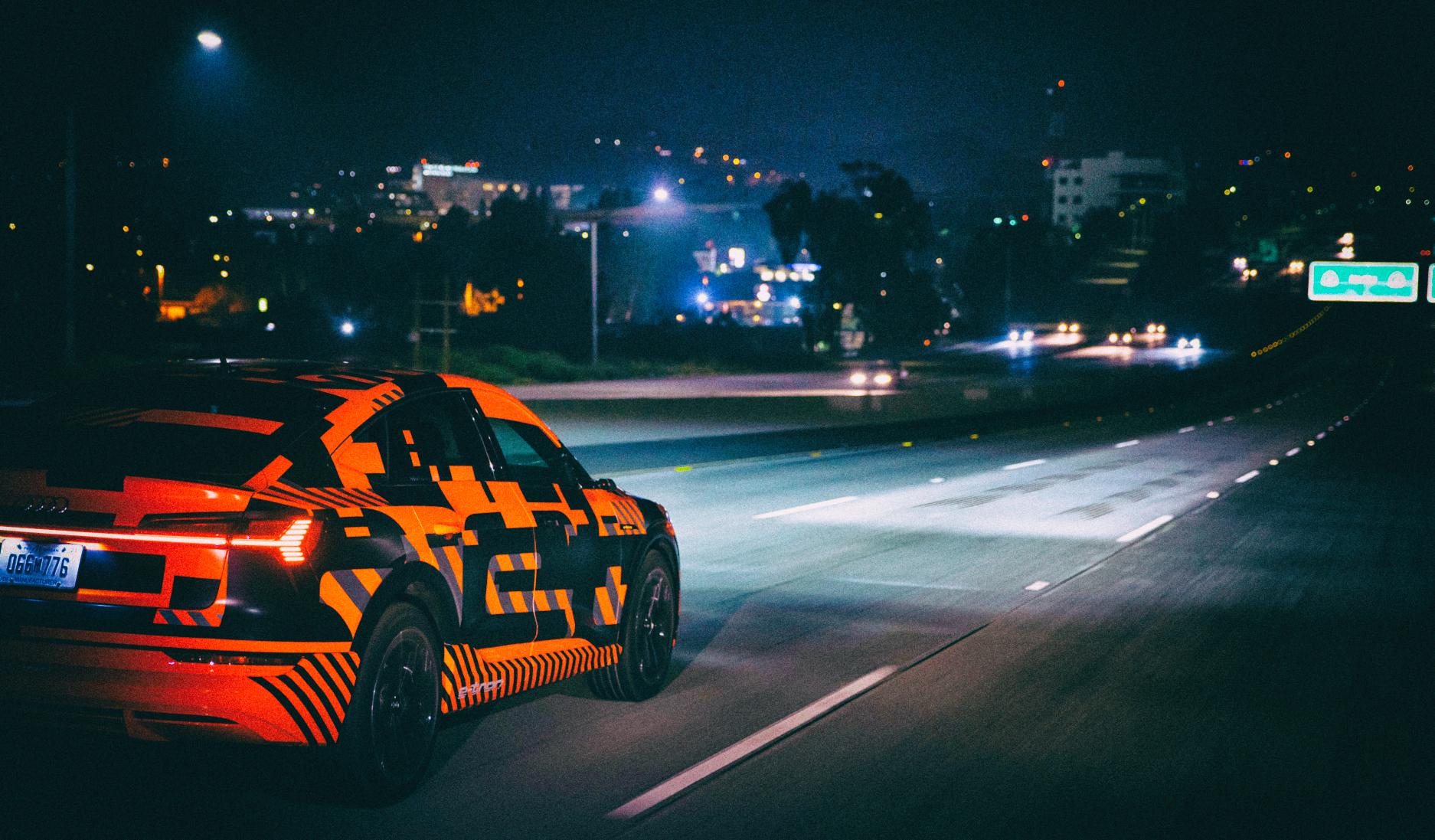 Audi представила цифровые матричные фары, меняющие форму светового луча