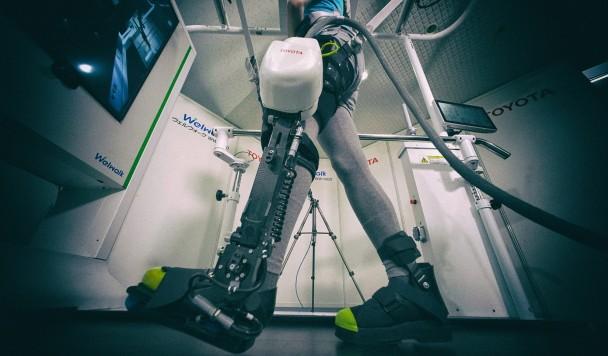 Экзоскелет Toyota может поставить на ноги парализованного человека