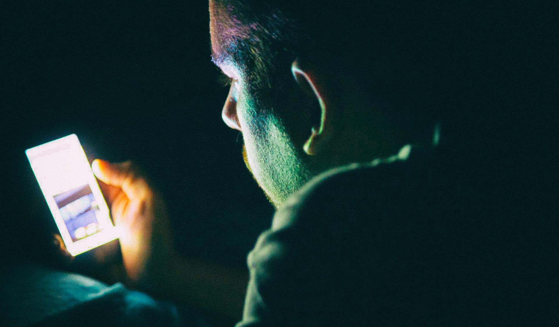 Исследование: Ночные режимы в смартфонах могут мешать людям спать
