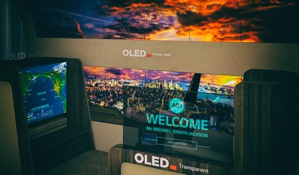 LG создала концепт мягкого телевизора, который разворачивается из потолка