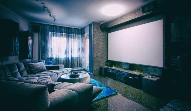 Проектор или телевизор: выбор техники для домашнего кинотеатра