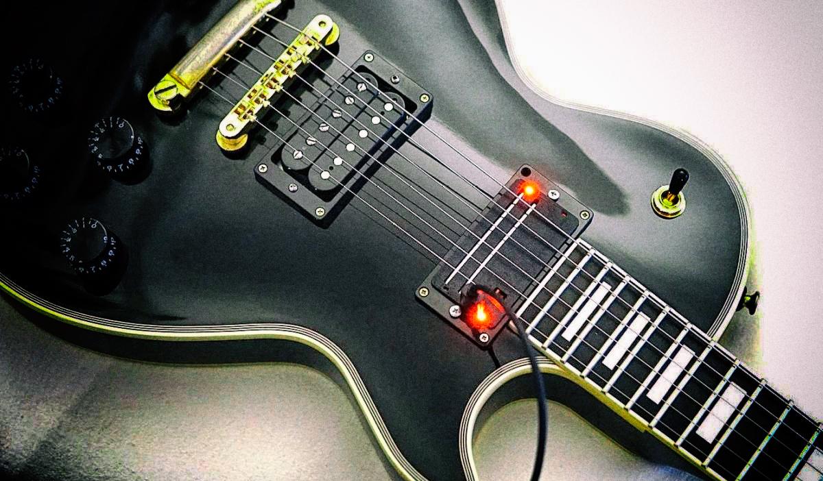 Умный звукосниматель позволяет играть на обычной электрогитаре как на басу