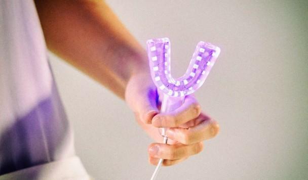 Разработан USB-гаджет для очистки зубов светом