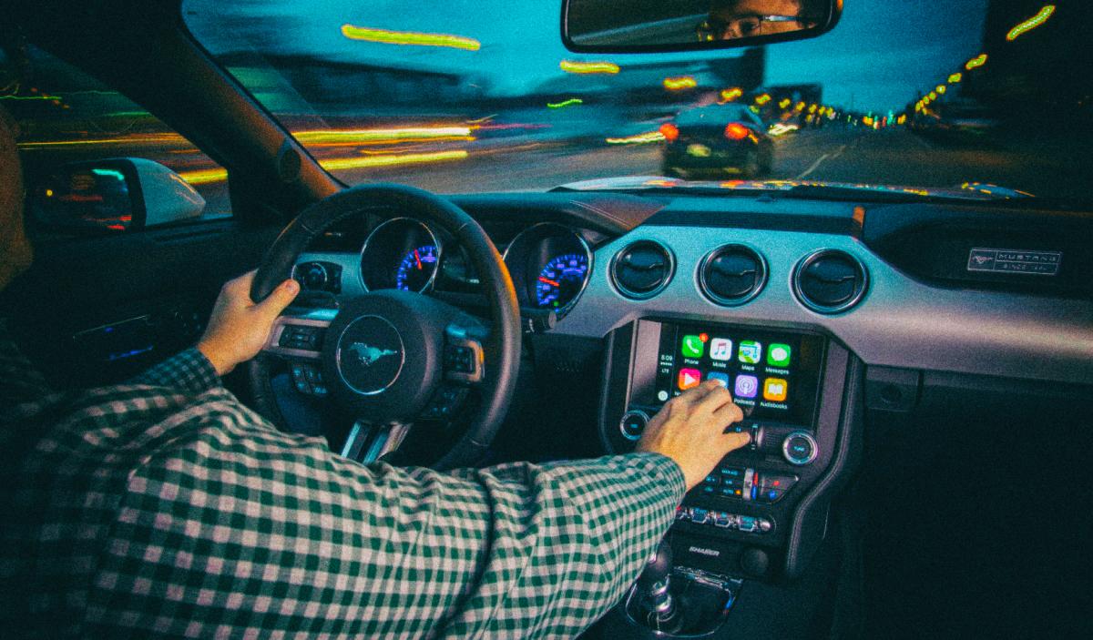 Системы Apple CarPlay и Android Auto отвлекают водителей сильнее, чем алкоголь