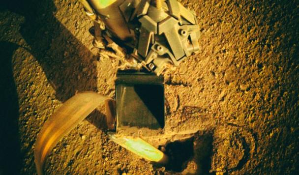 Инженеры NASA починили спускаемый аппарат на Марсе ударом лопаты