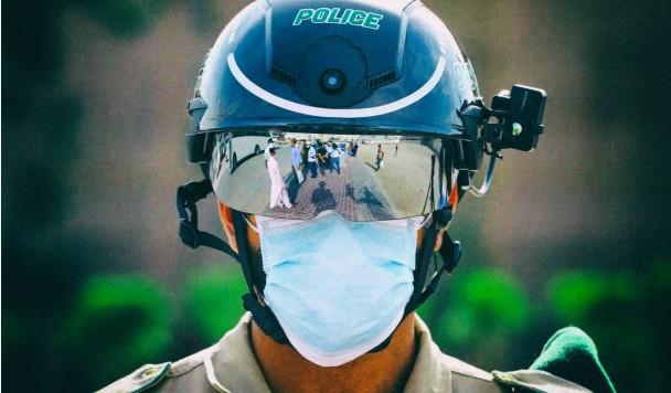 Полиция разных стран измеряет температуру пешеходов через шлемы с тепловизорами
