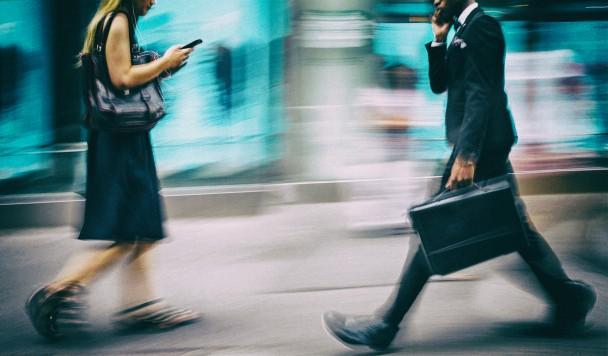 Японцам запретили пользоваться смартфонами на ходу