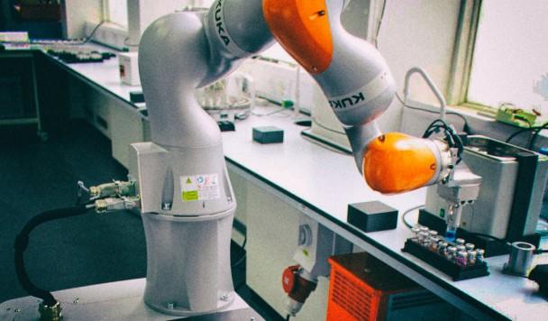 Автономный робот-ученый сам решает, какие эксперименты ему проводить