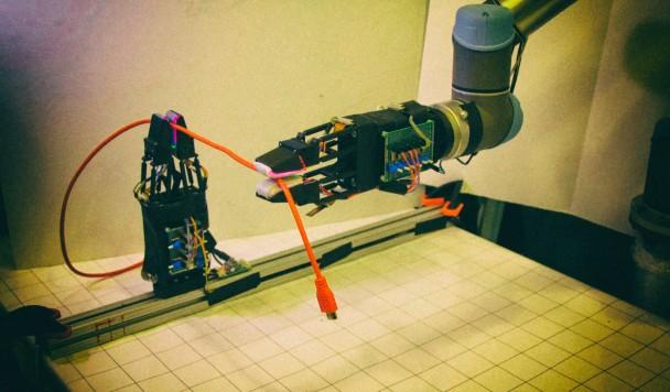 Робот научился аккуратно обращаться с проводами и разъемами