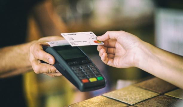 Пользователи Mastercard смогут снимать наличные на кассах магазинов и заправок