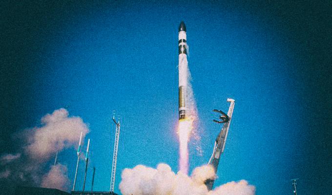 Не Маском единым: Rocket Lab успешно запустила ракету после неудачи в июле