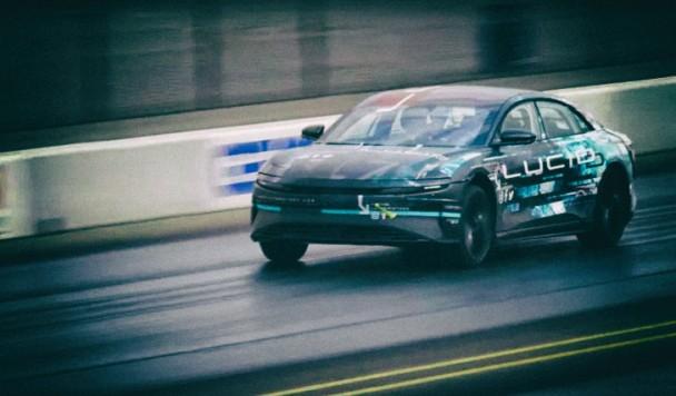 Электромобиль Lucid Air победил Tesla Model S в гонке на четверть мили