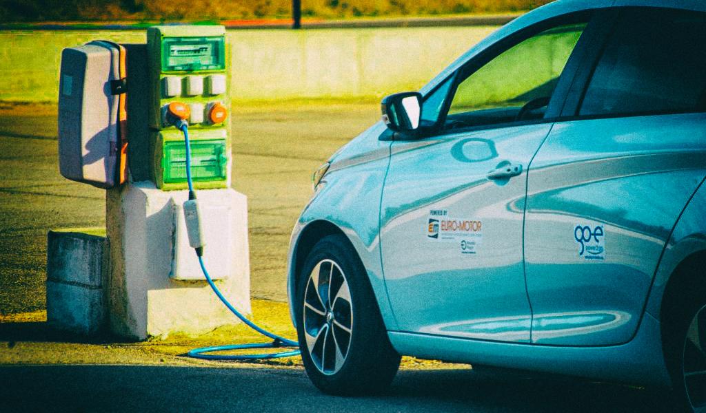 Исследование: Электромобили обходятся в обслуживании вдвое дешевле бензиновых