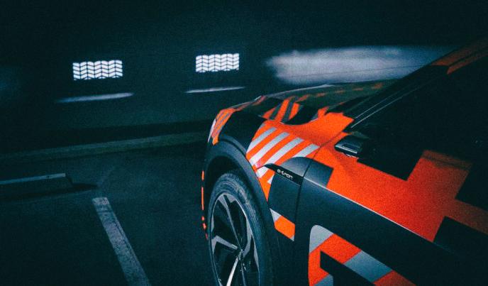 Новые фары Audi могут проецировать изображение, как в кинотеатре
