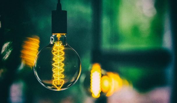 Новый материал позволяет получать энергию из света лампочек