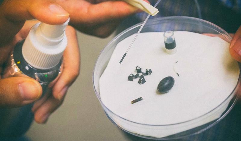 Магнитный спрей превращает предметы в роботов