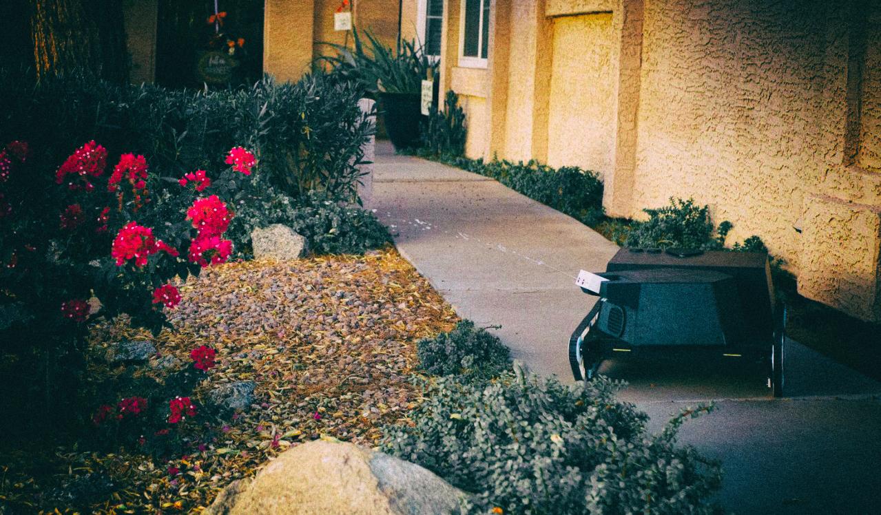 Роботанк-садовник косит газон, поливает цветы и убивает вредителей