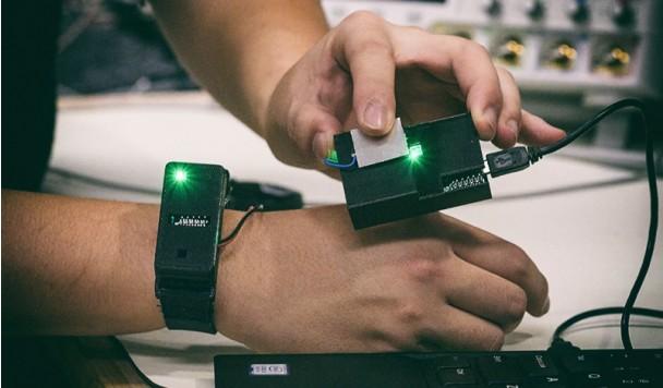 Этот гаджет превращает тело пользователя в смарт-проводник