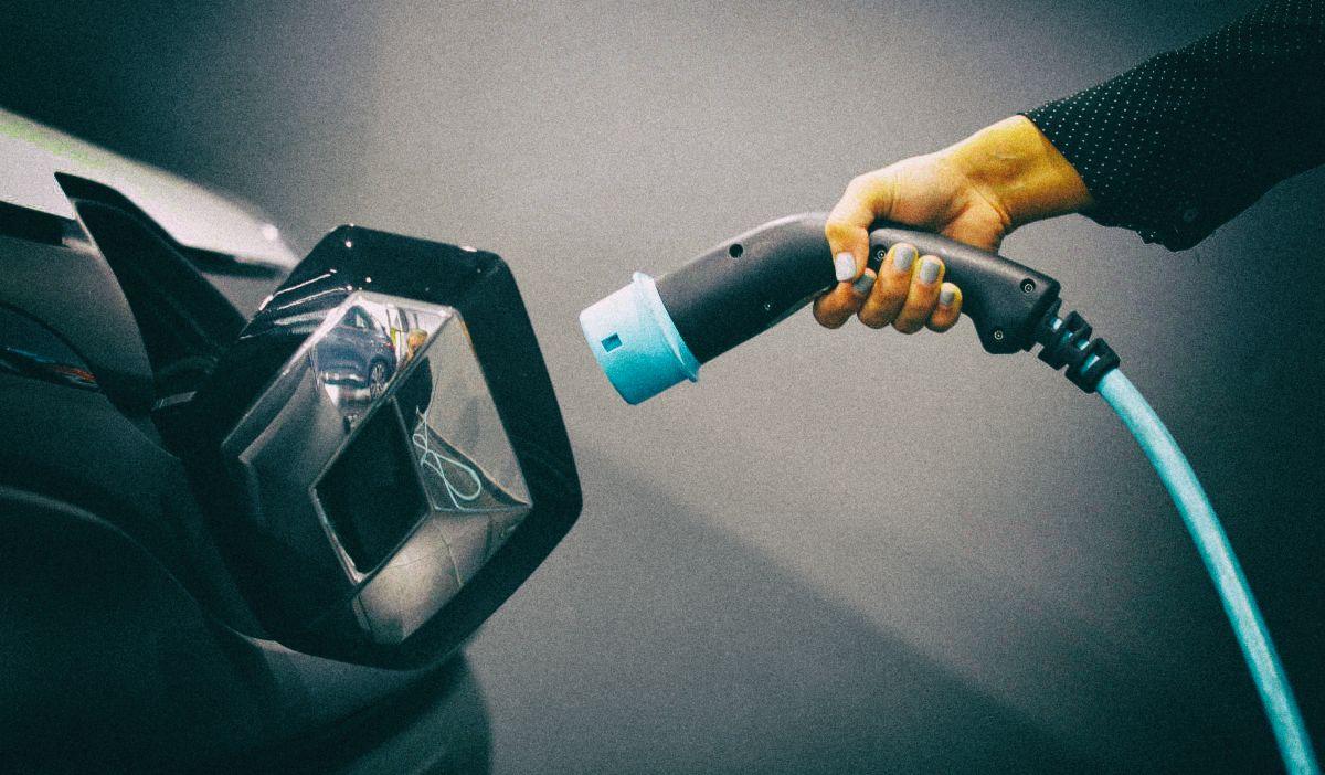 Новая батарея для электромобиля заряжается за пять минут