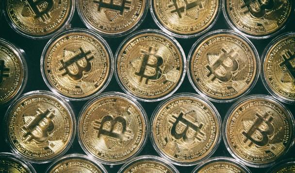 Общая стоимость всех биткоинов перевалила за триллион долларов