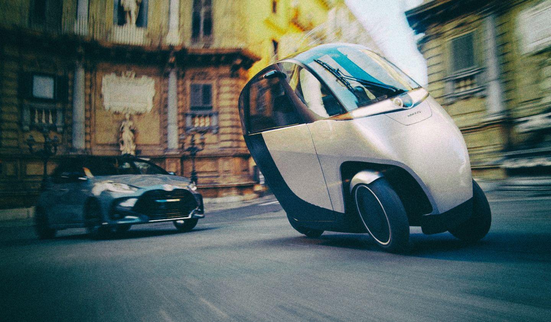 Представлен оригинальный гибрид мотоцикла и электромобиля