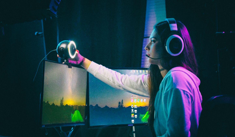 Веб-камера, микрофон и освещение объединены в один моноблок