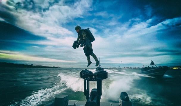 Голландские морпехи используют реактивные ранцы для захвата кораблей