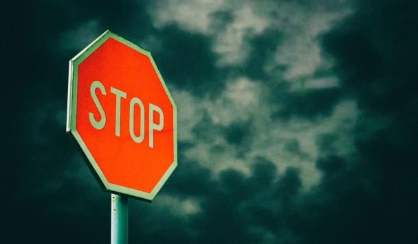 Автопилот Tesla путает настоящие дорожные знаки с фальшивыми