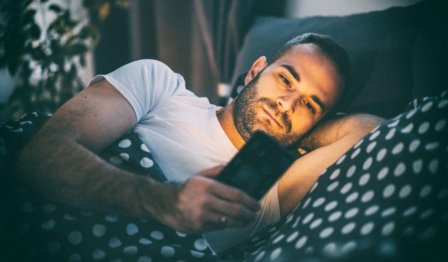 Исследование: Ночные режимы смартфонов бесполезны