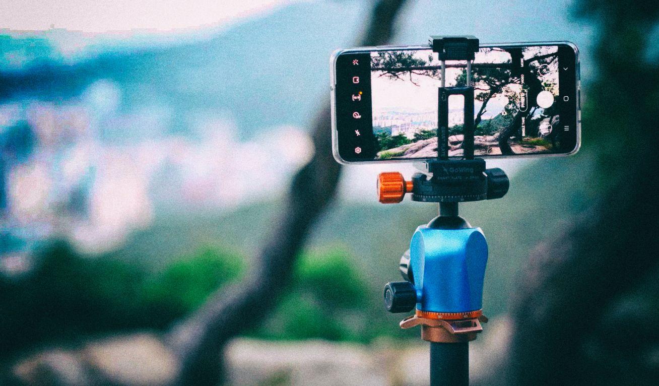 Универсальный крепеж позволяет установить смартфон или фотоаппарат на любой штатив