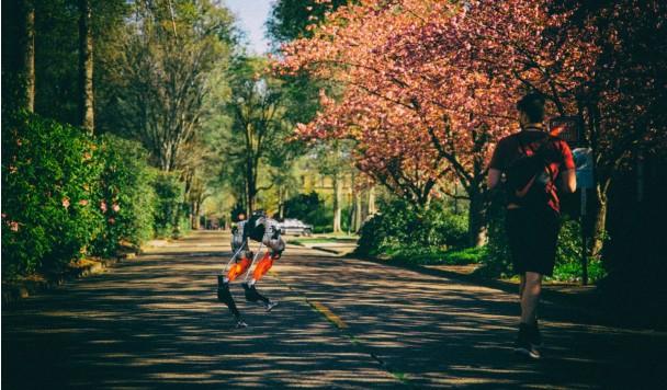 Двуногий робот пробежал 5-километровый марафон