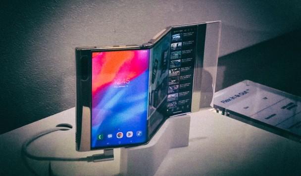 Samsung показал прототип дисплея, который гнется в обе стороны